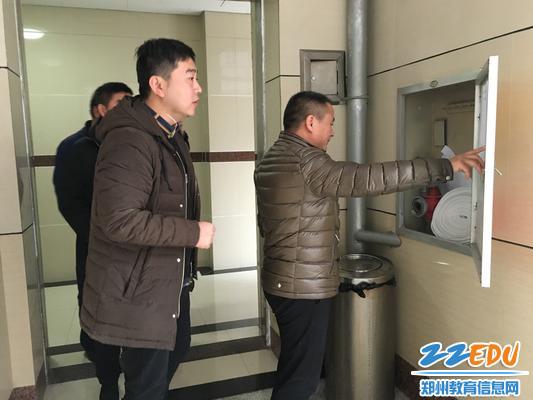 郑州八中副校长于兆进检查消防设施