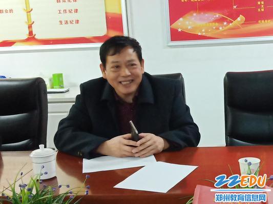 郑州34中党委书记邱跃青表示欢迎_看图王