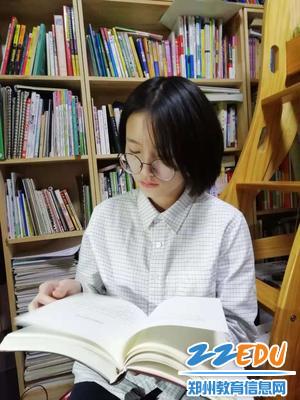2019届3班  李仪,图为在家里看书。