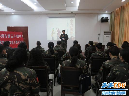 政教处卢晓燕主任向家长介绍活动内容