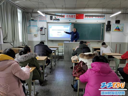 工会主席王钧带领第一支部党员学习《教师职业行为十项准则》