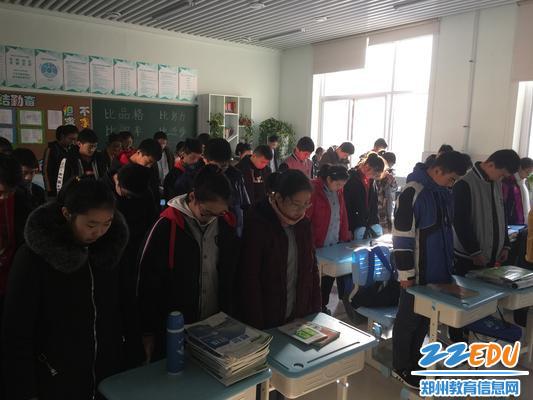 2 上午10时,各班同学为战争中死难的数千万同胞默哀1分钟