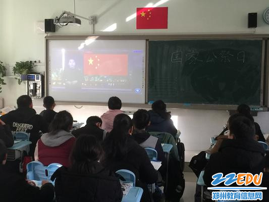 4 各班学生认真观看、记录