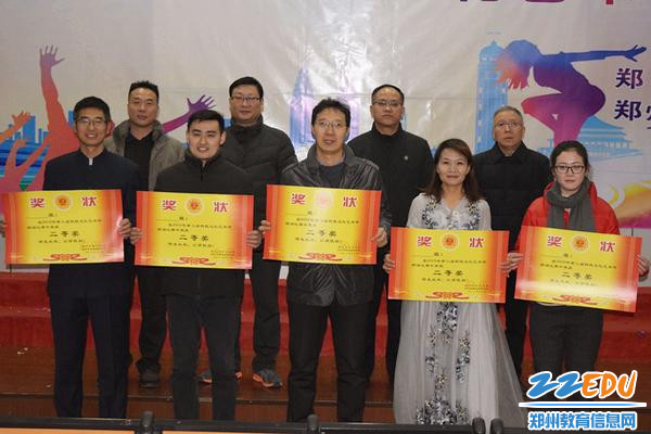 yzc88亚洲城官网校领导为获奖班级颁奖_副本