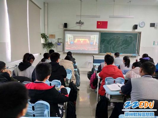 3 各班学生在教室观看庆祝改革开放40周年大会
