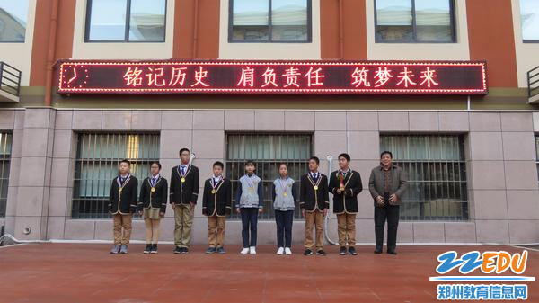 校领导为获奖学生颁奖