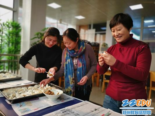 包饺子的学问可不小,赶紧向前辈取取经