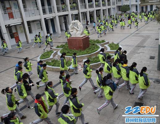 同学们快速撤离教学区