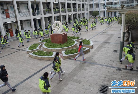 同学们沉着冷静的跑向操场