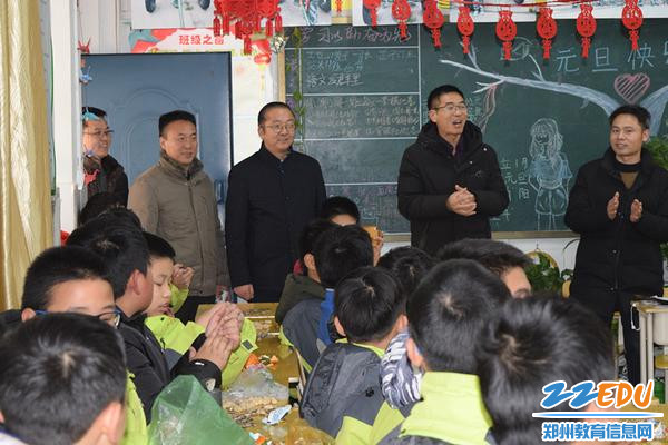 学校领导到各班级和同学们一起庆祝