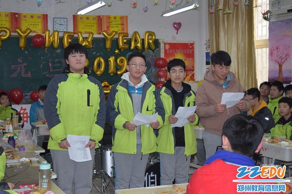 八四班的同学们在表演诗歌朗诵