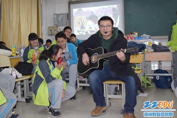八五班班主任花波老师为同学们献上吉他弹唱