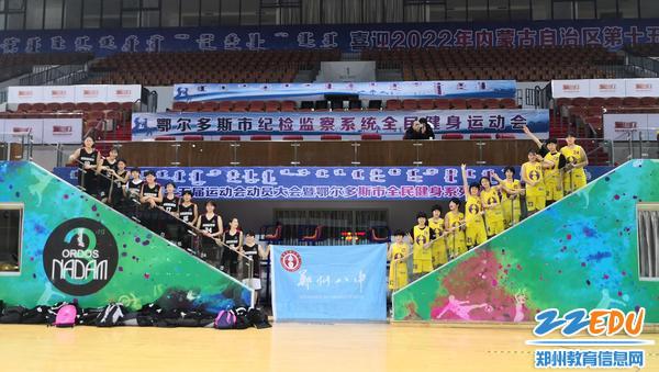 郑州八中女篮运动员合影