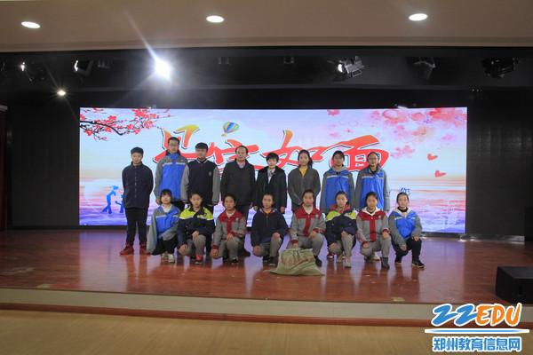 郑州市邮政工作人员顾卜瑞与郑州五中师生合影4