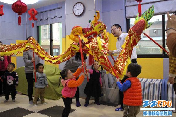 1.孩子们体验民族文化——舞龙