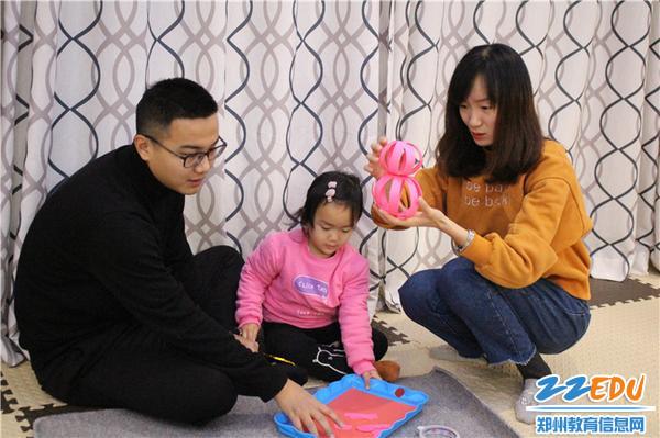 5.爸爸妈妈和宝宝们分工明确制作小猪灯笼