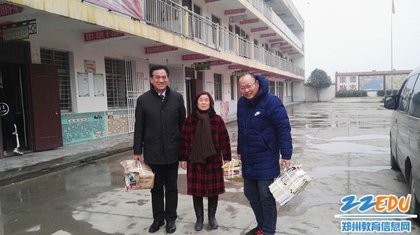 郑州回中校领导为丁村中学送去书籍