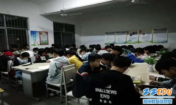 丁村中学的孩子们在阅览室阅读捐赠的书籍
