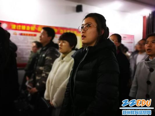郑州18中教职工九届四次全员大会在庄严的国歌声中开幕
