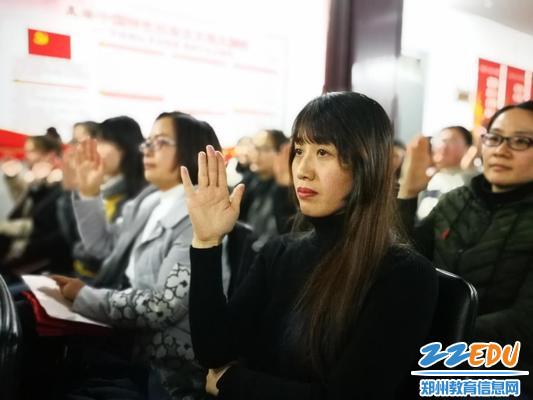 全体会员举手表决各项议案
