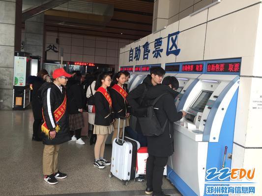 2 志愿者们在车站内外为乘客提供咨询服务