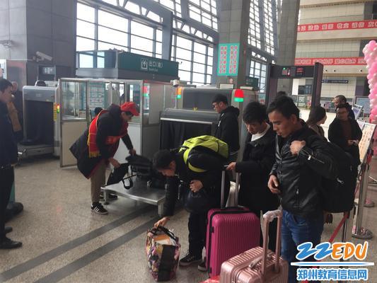 3 志愿者热心帮助旅客搬运行李