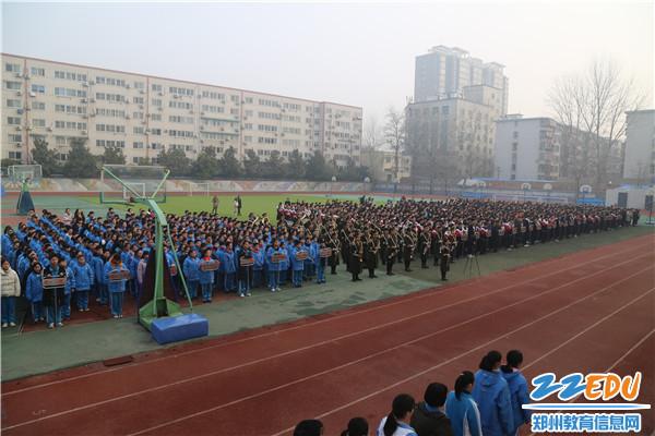 参加开幕的学生