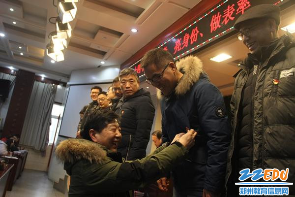"""郑州24中全体党员新学期""""戴党徽、亮身份、做表率"""""""