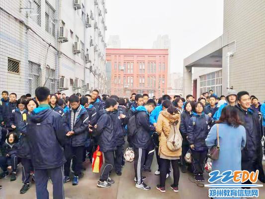 班主任老师们积极组织学生列队等待入场