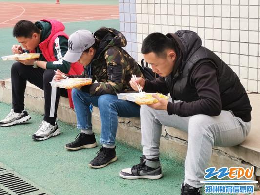 体育组老师们席地而坐吃午餐