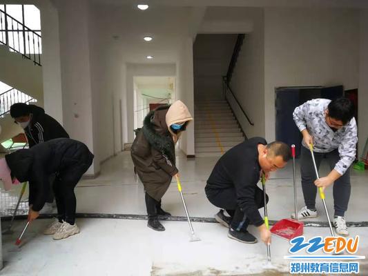 2清理地板上残留的墙灰