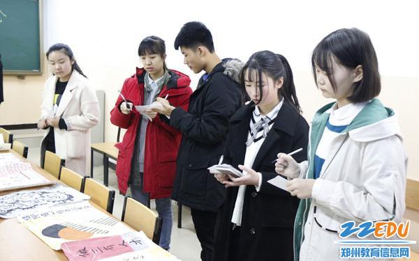 05 学生代表认真评选