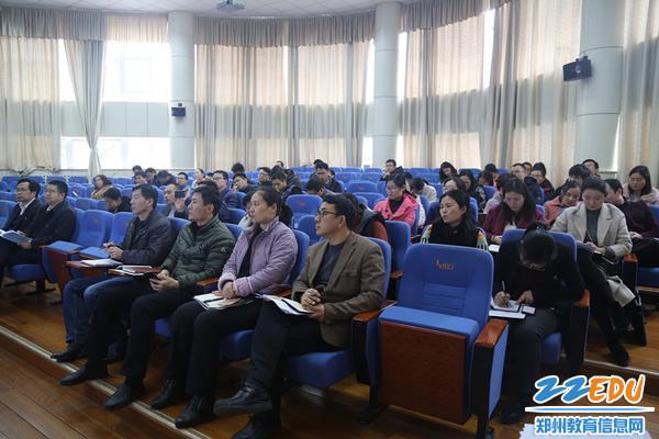 郑州回中校领导带领青年教师认真聆听