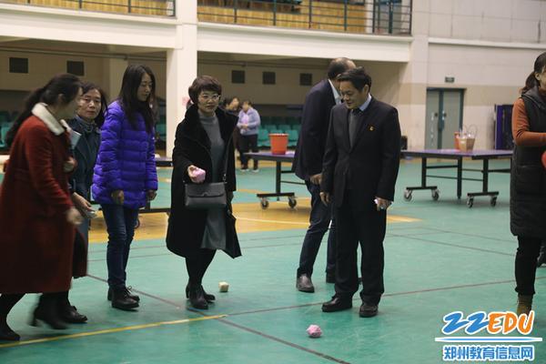 校长李玉国观看女教工扔沙包比赛
