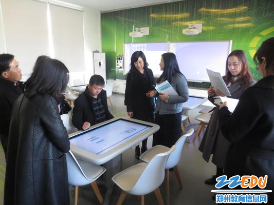 1专家组领导参观未来教室