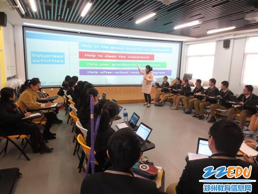 2专家组领导在英语情景教室听课