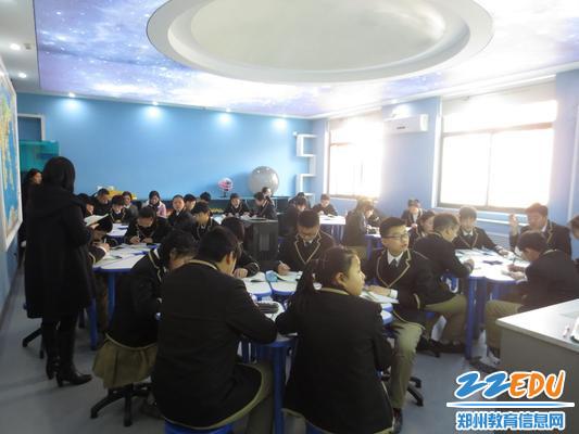 3、专家组领导在地里教室听课