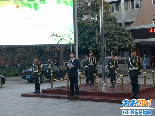 郑州回中副校长王春前在升旗仪式上讲话