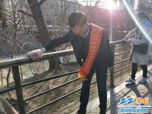 擦拭紫荆山公园的护栏
