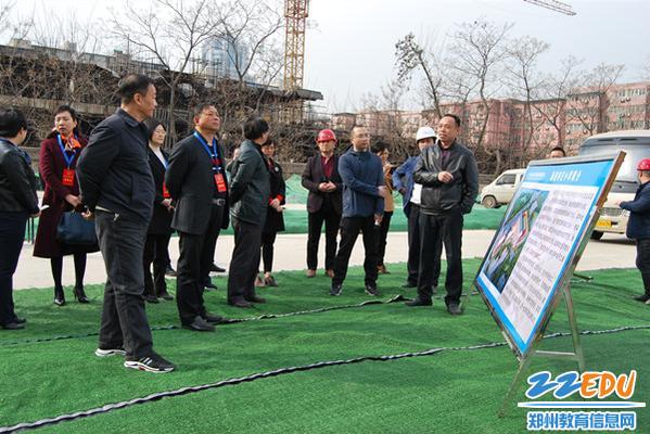 2区教体局副局长王德峰陪同视察