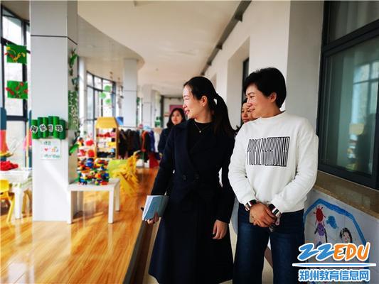 市实验幼儿园园长郝江玉、副园长张雪和老师们一起进行参观交流