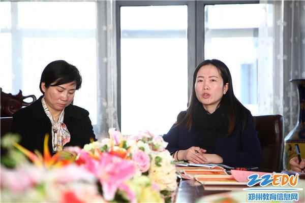 市实验幼儿园副园长张雪介绍本学期教学重点工作