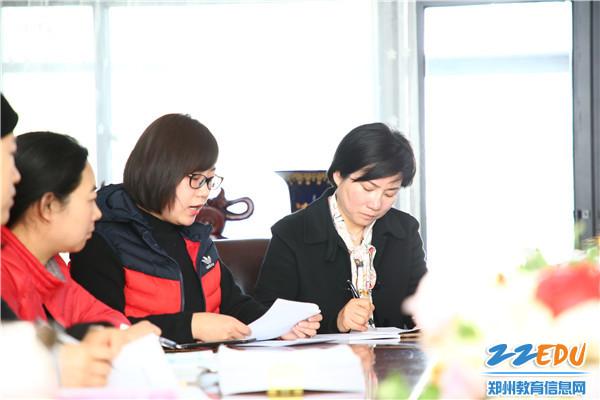 市实验教科研主任杨虹茜向大家宣读本学期优秀论文评选活动方案