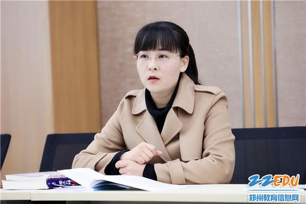 教科室副主任姜春春主持会议