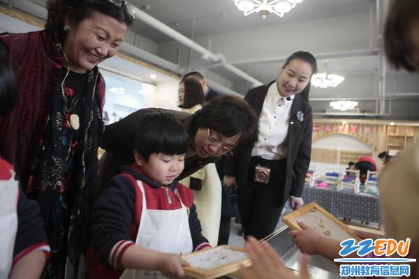 在二七区圣慧幼儿园与小朋友亲切交流3