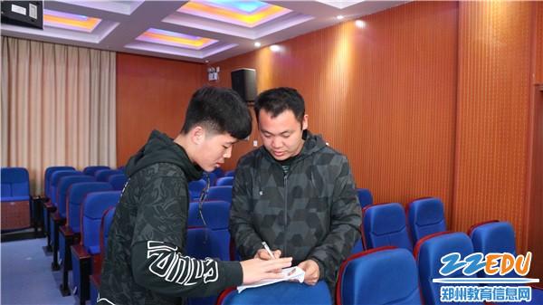 3 辅导教师和社团学生负责人商讨工作细节