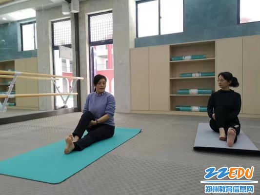 李雪老师一对一给老师做动作指导