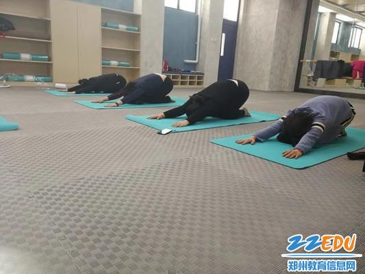 2标准的瑜伽动作