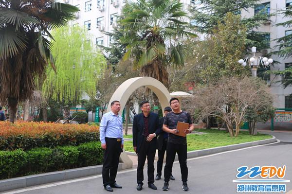 1郑州市第十九中学校长梁寅峰对校园安全全面、深入的检查