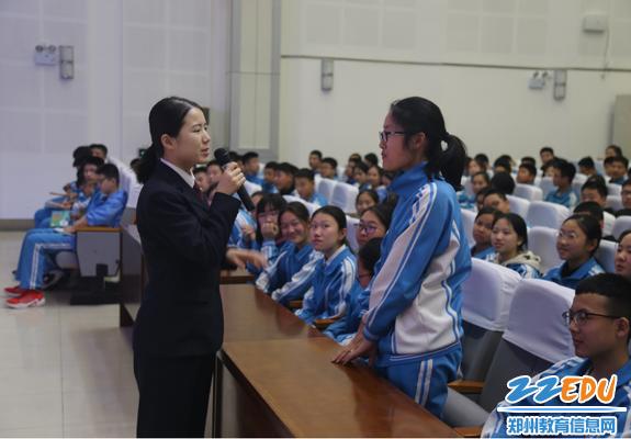 宋朵警官和学生互动